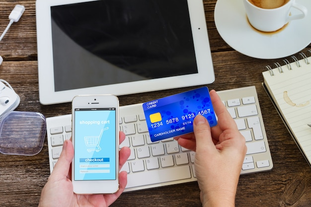 Conceito de compra móvel. check-out na loja virtual no telefone
