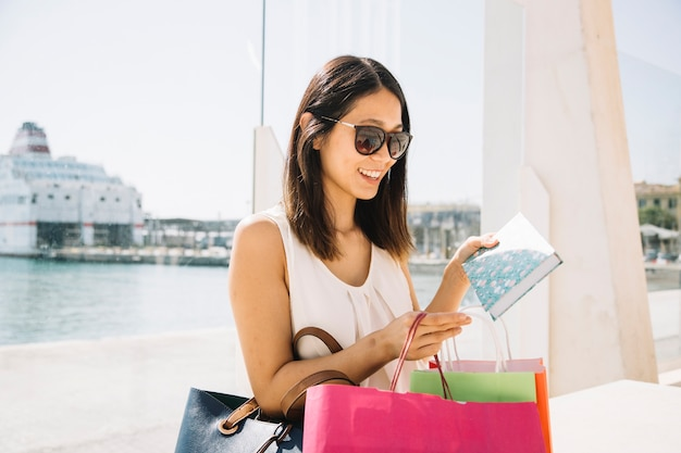 Conceito de compras com livro de espera de mulher