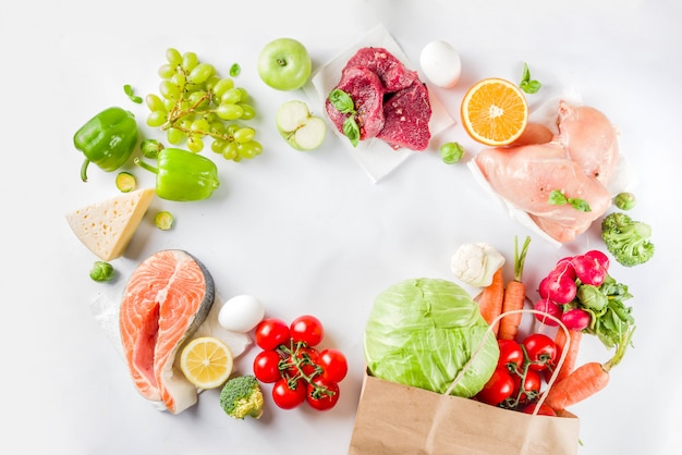 Conceito de compras de alimentos saudáveis com ingredientes alimentares