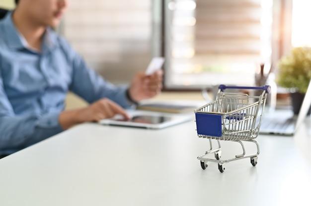 Conceito de compras on-line, caixas em um carrinho de compras on-line é uma forma de comércio eletrônico.