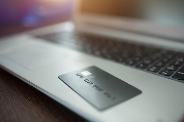 Conceito de compras on-line. cartão de crédito close-up encontra-se em um teclado de laptop
