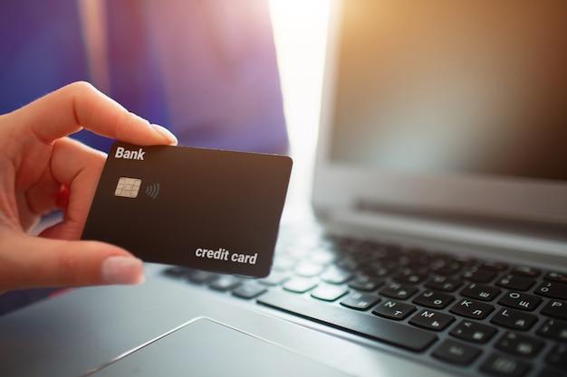 Conceito de compras on-line. cartão de crédito close-up na parede do notebook