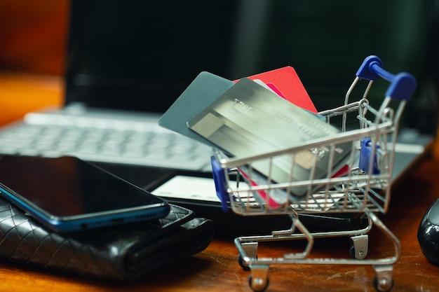 Conceito de compras online, cartão de crédito no carrinho de compras.