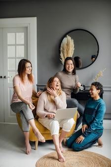 Conceito de compras online para meninas, amizade e união