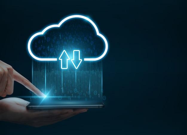 Conceito de computação em nuvem, mão de homem usando smartphone se conectar à nuvem para transferência de dados
