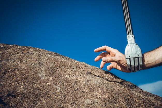 Conceito de comunicação cibernética sobre fundo azul. robô masculino e humano de mãos dadas com um aperto de mão.