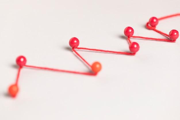 Conceito de comunicação com pinos vermelhos