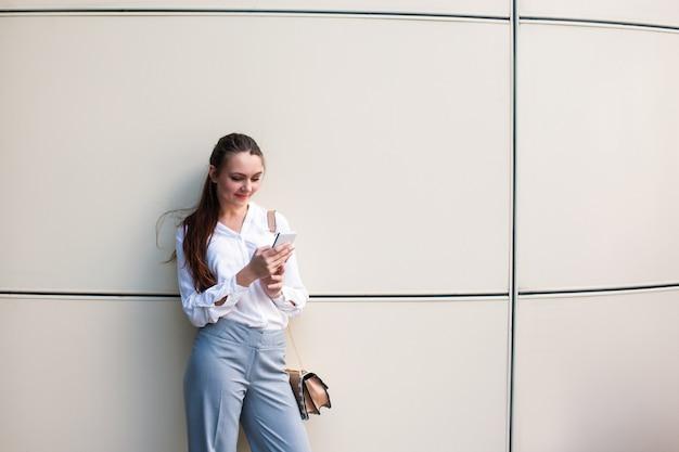 Conceito de comunicação do telefone do estilo de vida da jovem mulher de negócios de sucesso