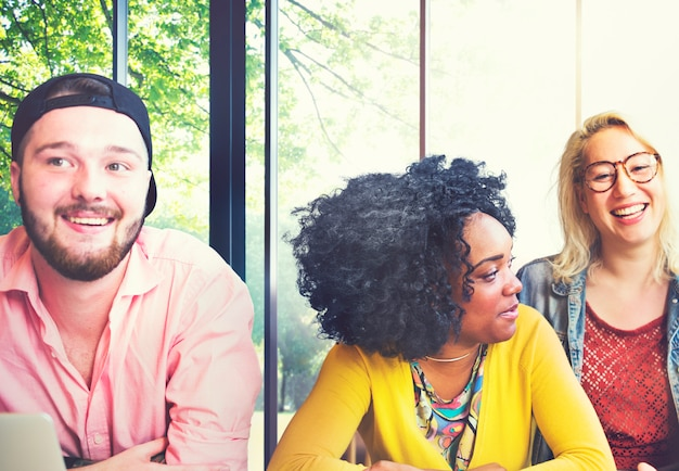 Conceito de comunidade de brainstorming de equipe de amigos de diversidade