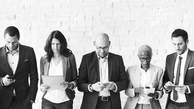 Conceito de conexão de dispositivo digital corporativo de executivos reunidos