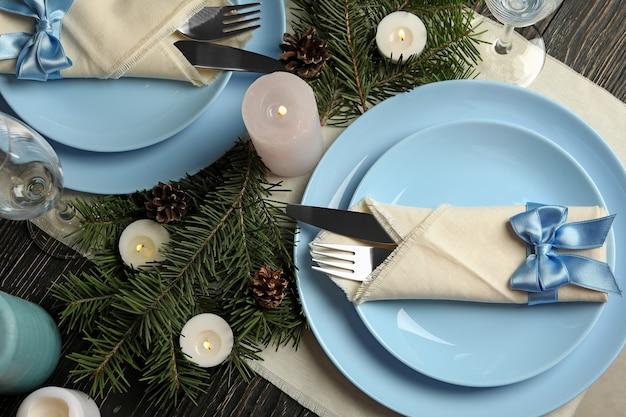 Conceito de configuração de mesa de ano novo romântico com velas na mesa de madeira