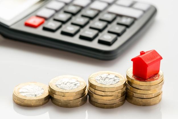 Conceito de conjunto habitacional com moedas