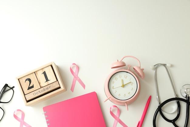 Conceito de conscientização do câncer de mama em fundo branco