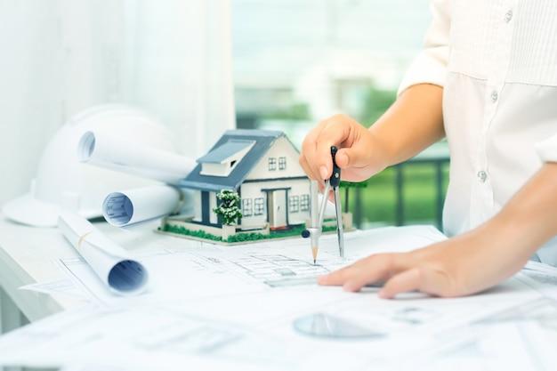 Conceito de construção com ferramentas de engenharia