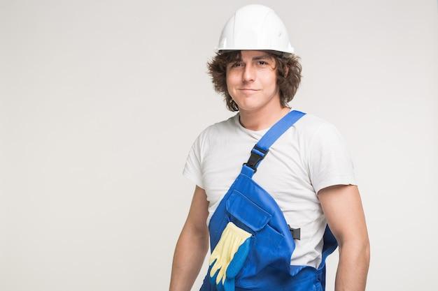 Conceito de construção, construção e trabalhadores - retrato de um homem caucasiano bonito em construtores