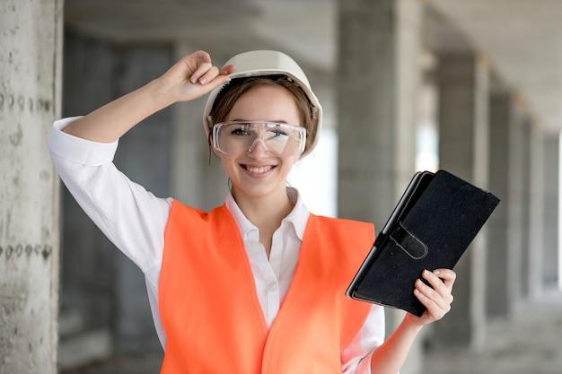 Conceito de construção do engenheiro ou arquiteto trabalhando no canteiro de obras