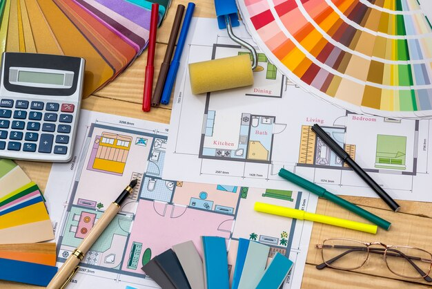 Conceito de construção: plano, amostras de cores, rolo, calculadora