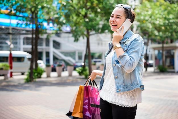 Conceito de consumismo de compras de gastos de mulher
