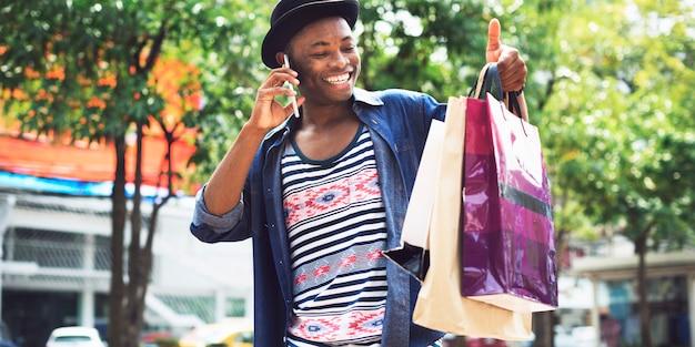 Conceito de consumismo de compras do cliente de gastos de homem