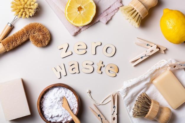 Conceito de consumo sustentável e ecológico de zero desperdício. visão de alto ângulo de ferramentas de limpeza de cozinha sem plástico e utensílios feitos de materiais reciclados