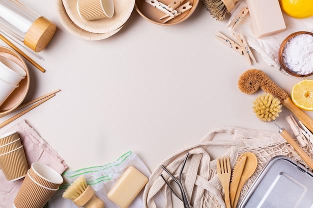 Conceito de consumo sustentável e ecológico de zero desperdício. visão de alto ângulo de utensílios de limpeza de cozinha gratuitos de plástico, sacos de algodão, talheres reutilizáveis e utensílios feitos de materiais reciclados