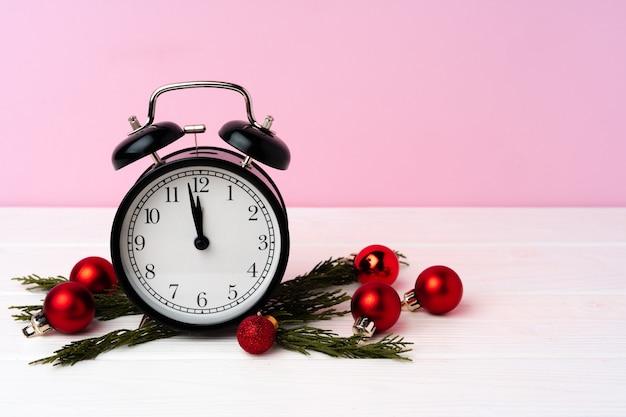 Conceito de contagem regressiva de celebração de natal e ano novo com despertador