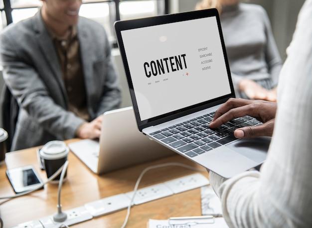 Conceito de conteúdo em uma tela de laptop