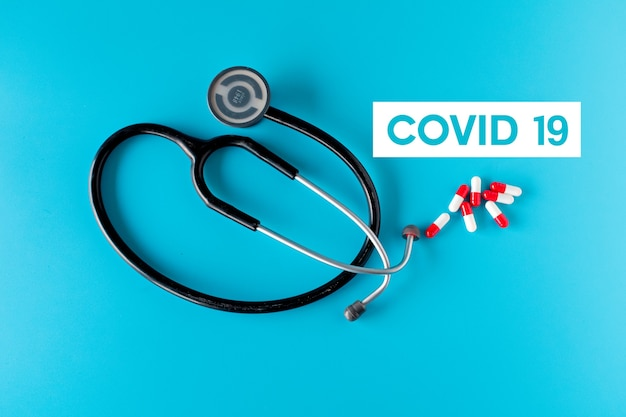 Conceito de coronavírus em fundo azul
