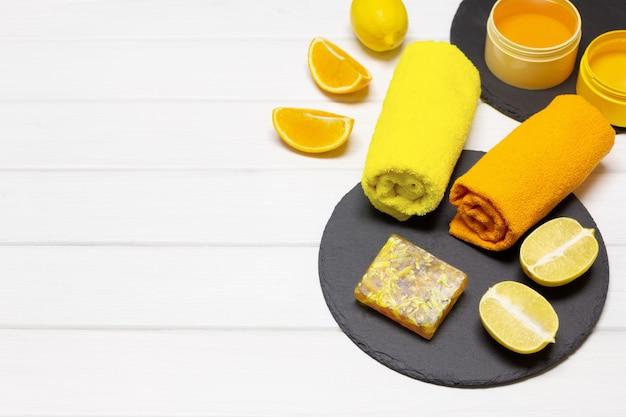 Conceito de cosméticos naturais e orgânicos para cuidados com a pele sabonete cítrico caseiro copiar espaço