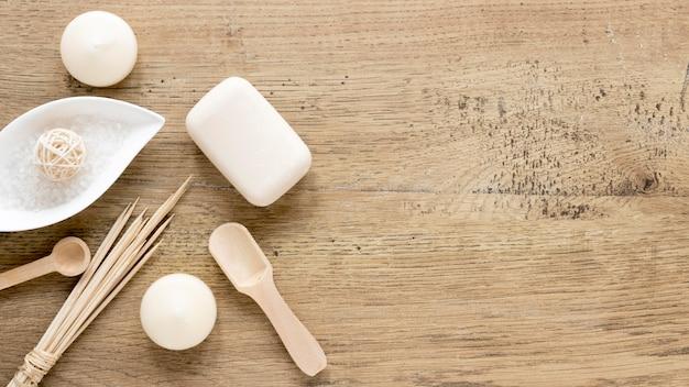 Conceito de cosméticos naturais na mesa de madeira