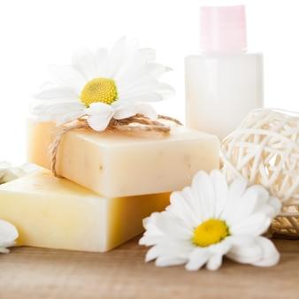 Conceito de cosméticos naturais: sabonete e creme para as mãos
