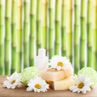 Conceito de cosméticos naturais: sabonete e creme