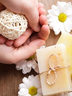 Conceito de cosméticos naturais: sabonete para as mãos