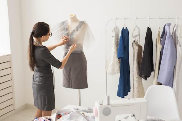 Conceito de costureira, alfaiate, moda e showroom - retrato de talentosa costureira que trabalha com têxteis para costurar roupas