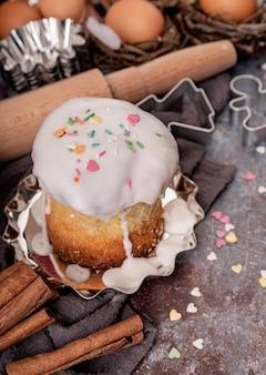 Conceito de cozimento. conceito de páscoa. ingredientes para um bolo de páscoa plano sobre fundo escuro