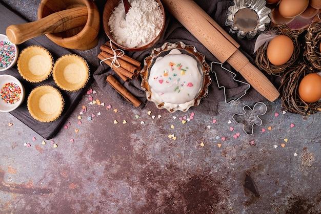 Conceito de cozimento. conceito de páscoa. ingredientes para um bolo de páscoa vista plana de cima em fundo escuro