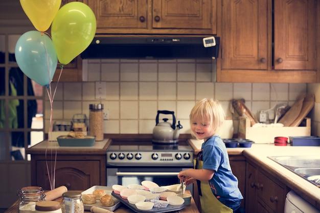 Conceito de cozimento de aula de culinária de criança