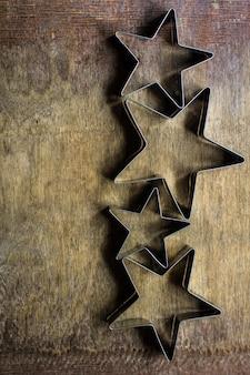 Conceito de cozimento de natal com cortadores de biscoitos em forma de estrela