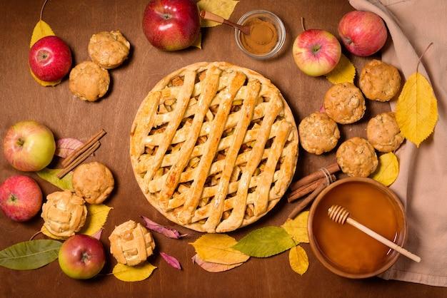 Conceito de cozimento de outono com canela e maçãs sazonais.