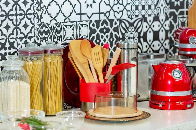 Conceito de cozinha. ingredientes alimentares e utensílios de cozinha para cozinhar. ingredientes para cozinhar na cozinha