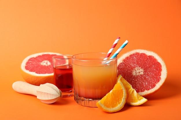 Conceito de cozinhar coquetel de tequila ao nascer do sol em fundo laranja
