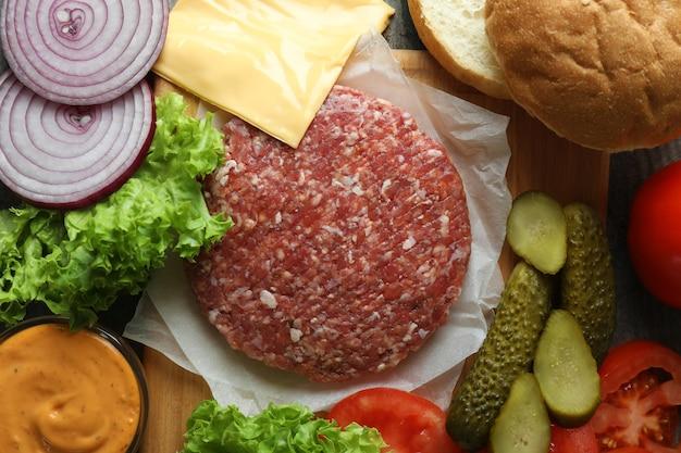 Conceito de cozinhar hambúrguer com ingredientes de hambúrguer, closeup