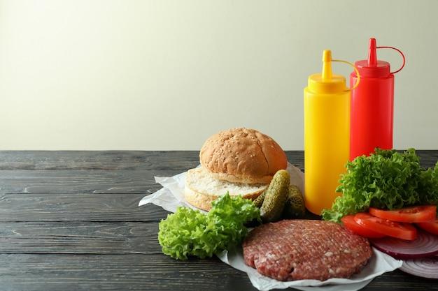 Conceito de cozinhar hambúrguer na mesa de madeira