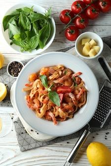 Conceito de cozinhar macarrão de camarão na mesa de madeira branca