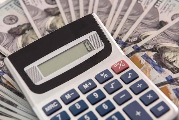 Conceito de crédito ou economia - dinheiro e calculadora