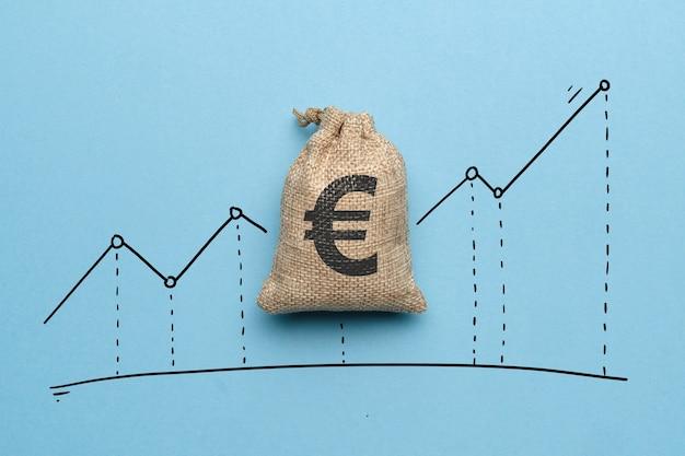 Conceito de crescimento da taxa de câmbio do euro com gráfico de crescimento e um saco de dinheiro.