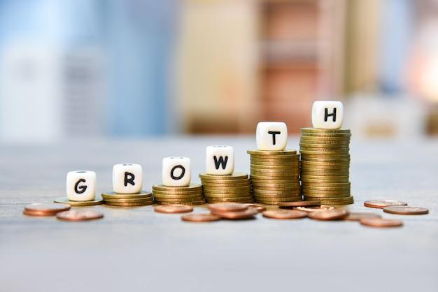 Conceito de crescimento pilha de moedas de ouro crescimento de infográficos dinheiro gráfico acima finanças de negócios de escadas