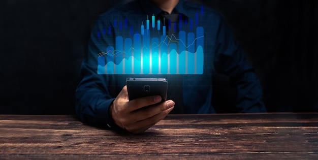 Conceito de crescimento, progresso ou sucesso do negócio. empresário ou comerciante está mostrando um estoque de holograma virtual em crescimento, invista em ilustração comercial
