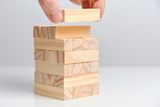 Conceito de criação de grande data. mão segura blocos de madeira em um espaço em branco.