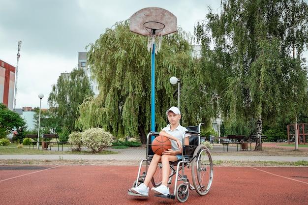 Conceito de criança deficiente, apoio, reabilitação, pessoa deficiente, criança deficiente paralisada, feliz. menino com deficiência na escola no campo de esportes.